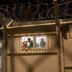 Παιδικές φιγούρες πίσω από τα κάγκελα του χώρου κράτησης
